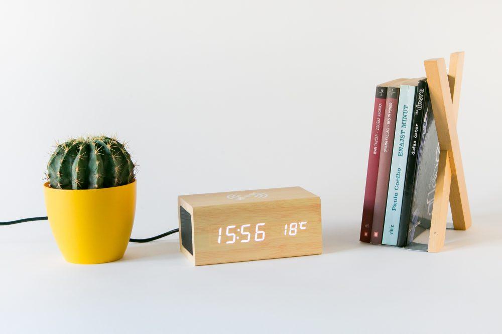 Digitalna ura z brezžičnim polnjenjem in bluetooth zvočnik